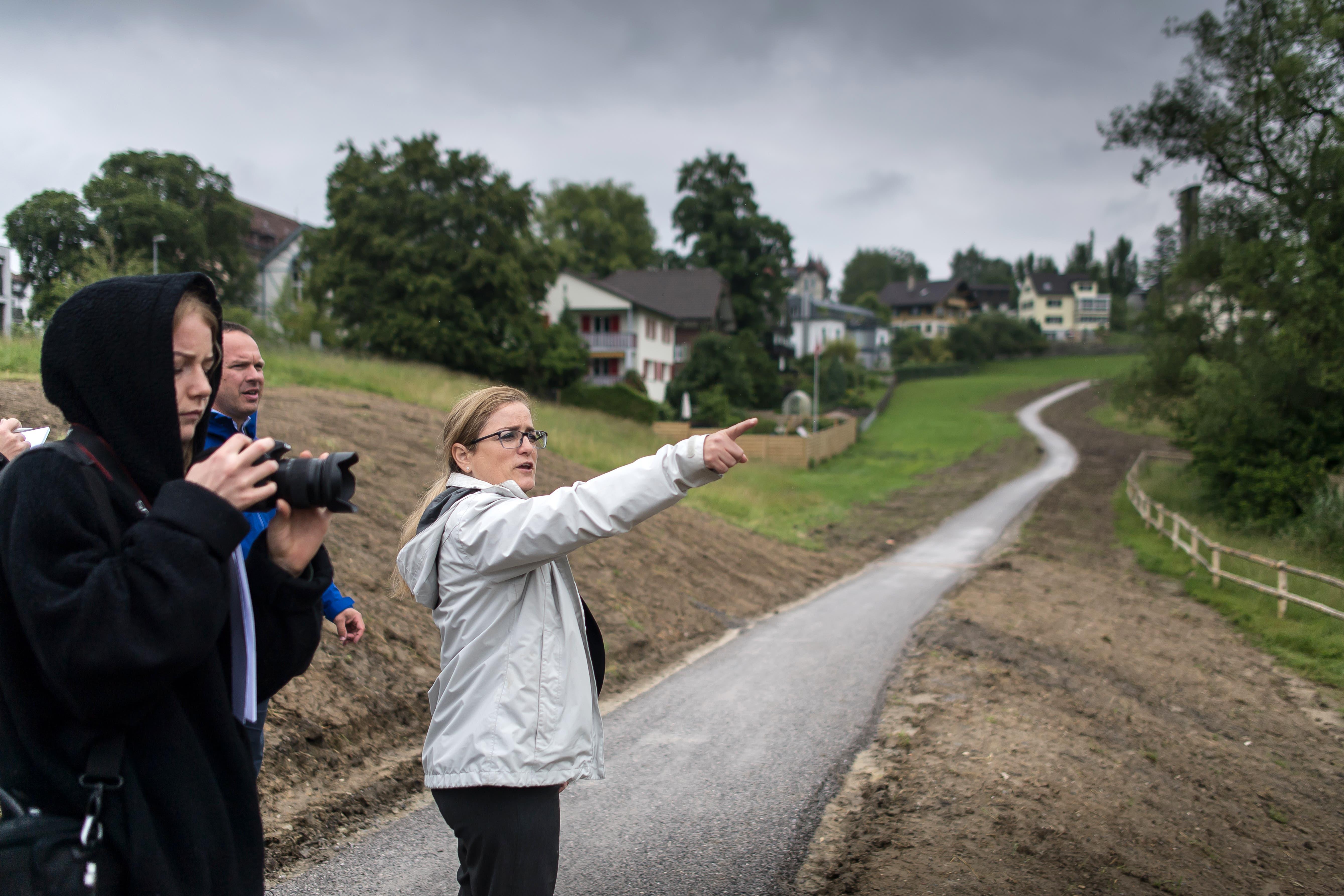 Stadträtin Maria Pappa während der Medienorientierung. Zwischen dem neu angelegten Weg und den Häusern im Hintergrund wird im Herbst eine zwei bis drei Meter breite Hecke gepflanzt.