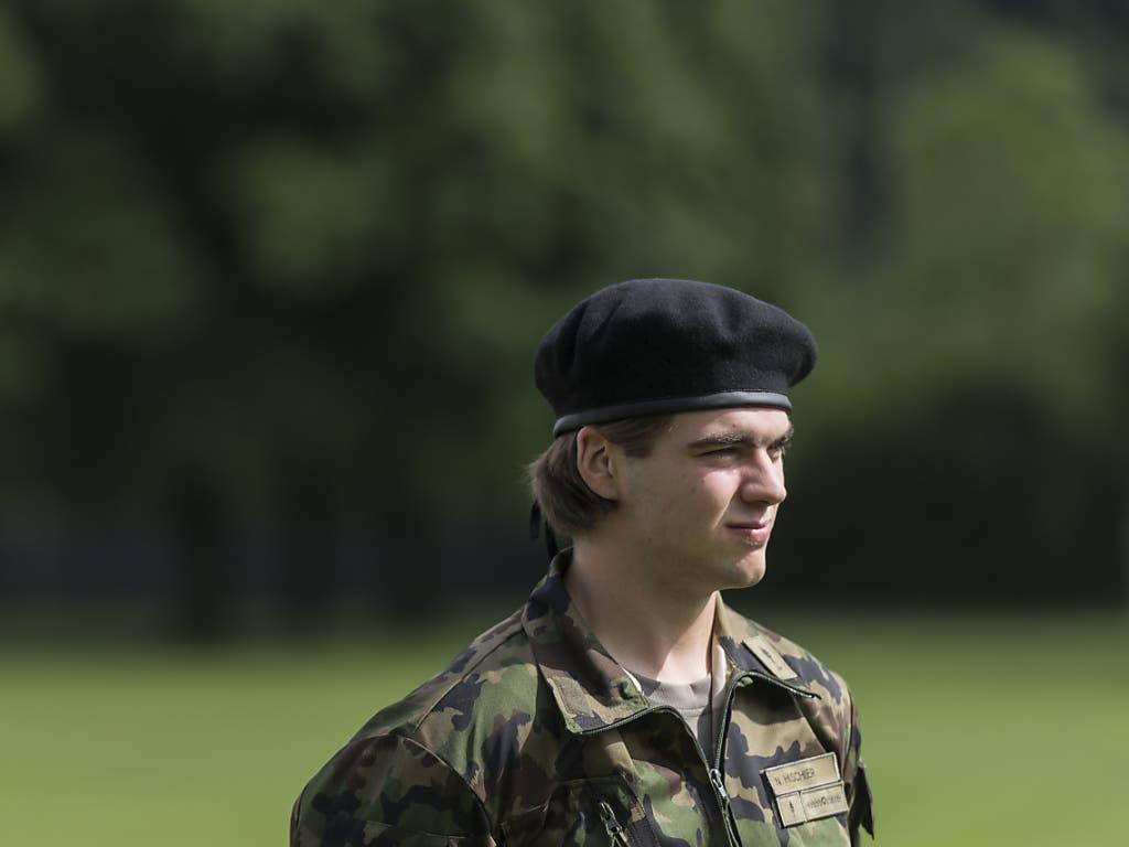 Nico Hischier im Militärtenue