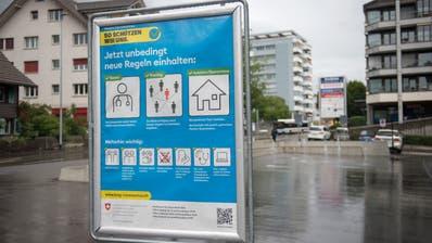 Neue Tafeln weisen auf die aktuellen Massnahmen hin. (Bild: Maria Schmid (Hünenberg, 17. Juni 2020))