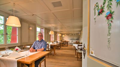 Bernhard Koch sitzt im neu renovierten Restaurant im südlichen Wehrgang. Der Raum ist nun etwas länger, breiter und heller als vor der Umbauphase. (Bild: Manuel Nagel (Hagenwil, 16. Juni 2020))
