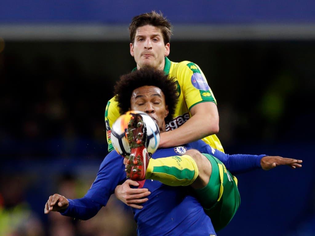 Norwich City kann im Abstiegskampf wieder auf die Qualitäten des lange verletzt gewesenen Timm Klose zählen (im Bild im Duell mit Chelseas Willian)