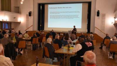 Der – wegen des Schutz vor dem Coronavirus mit viel Abstand gestuhlte «Thurpark» – war gut gefüllt. An der öffentlichen Mitgliederversammlung referierten Präsident Alois Gunzenreiner und der Präsident des Toggenburger Ärztevereins (stehend). (Bild: Ruben Schönenberger (Wattwil, 17. Juni 2020))