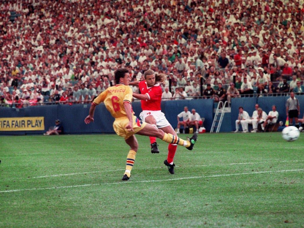 Alain Sutter (rechts) trifft an der WM 1994 in den USA gegen Rumänien zum 1:0