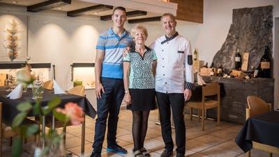 Manuel Wirz und seine Eltern Heidi und Walter Wirz sind die Gastgeber im «Ochsen» in Bänikon – die Eltern schon seit 40 Jahren. (Bild: Reto Martin)