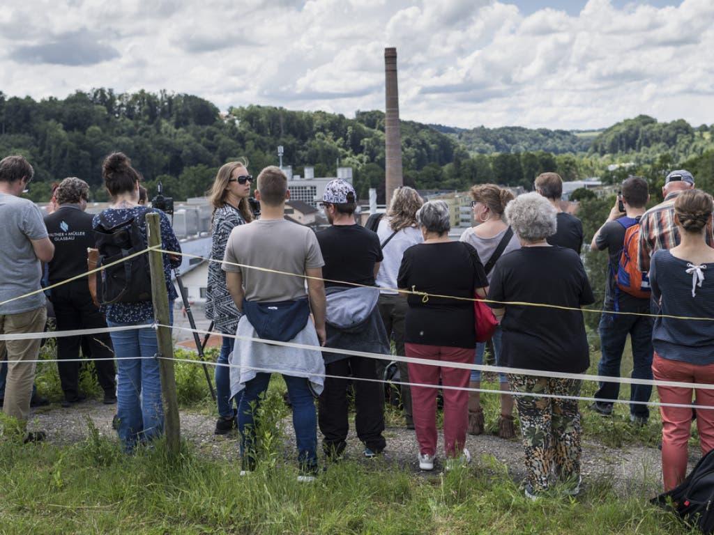 Da stand er noch: Schaulustige warten auf die Sprengung des Hochkamins in Neuenegg.