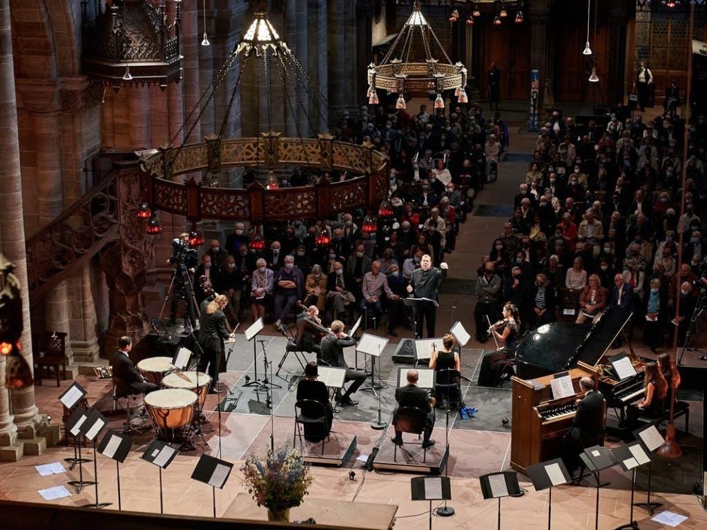 12 Musikerinnen und Musiker auf dem Podium, 250 Besucherinnen und Besucher, die zu einem Grossteil Schutzmasken tragen: So kann ein Konzert trotz Personeneinschränkung stattfinden.