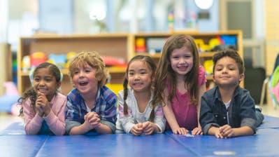 Alltag in Kindergarten und Schule: Kinder aus verschiedenen Ländern spielen zusammen. (Bild: Getty)