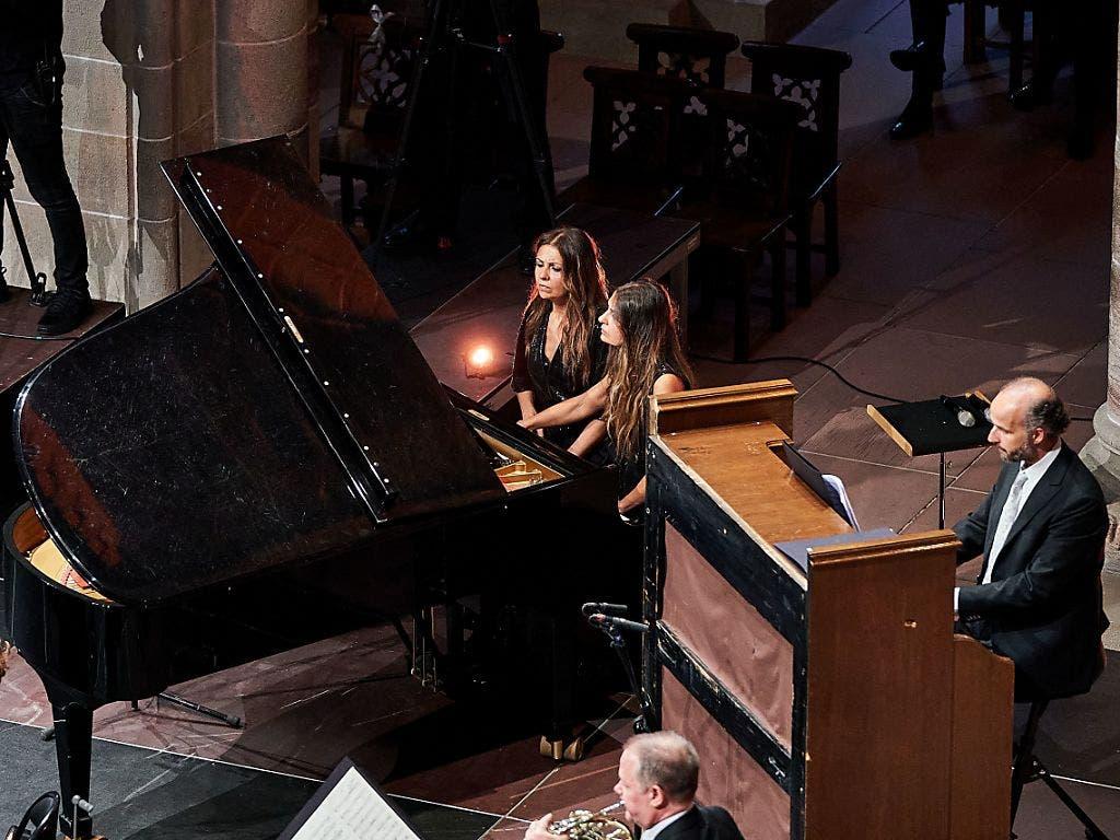 Wie garantiert man den gebotenen Abstand bei einem vierhändig gespielten Klavier? Man engagiert Zwillingsschwestern, wie in diesem Fall Ferhan und Ferzan Önder.