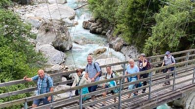 Die Wandergruppe auf der Hängebrücke über der Reuss bei Gurtnellen. (Bild: PD)