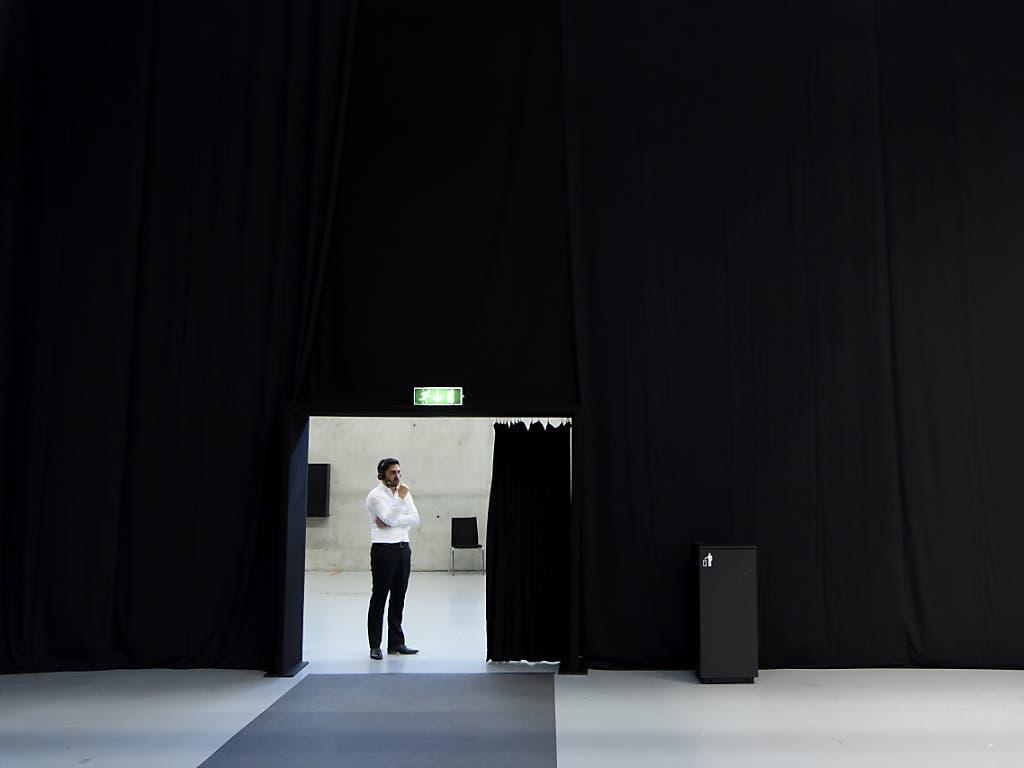 «Exzellente Ausweichmöglichkeit»: Der Aargauer SP-Nationalrat Cédric Wermuth am Telefon während der Sommersession der Eidgenössischen Räte in der Bernexpo in Bern.
