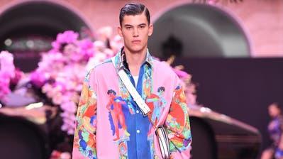 Wer langärmlige Hemden bevorzugt, findet extravagante Modelle bei Versace. (Preise ab Fr. 200.-) (Bilder: Getty, zvg)