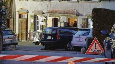 Fahnder der St.Galler Kantonspolizei vor dem Haus des Opfers in Lichtensteig. (BRK News)