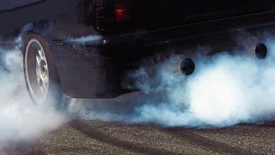 Qualmende Reifen, knallender Auspuff: Autoposer greifen zu technischen Kniffs, um ihr Fahrzeug in Szene zu setzen. (Bild: Roland Niederstrath/ddp)