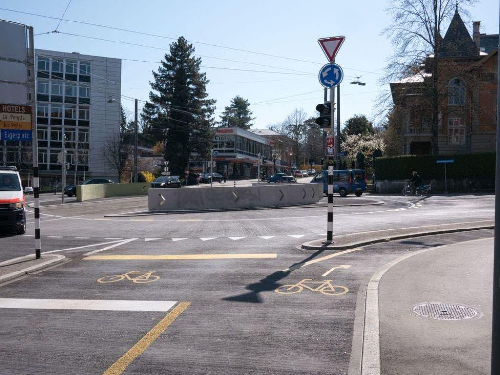 Vom VCS als positives Beispiel aufgeführt: Beim Eigerplatz in Bern können Velos auf ihrer eigenen Spur am Kreisel vorbei abbiegen.
