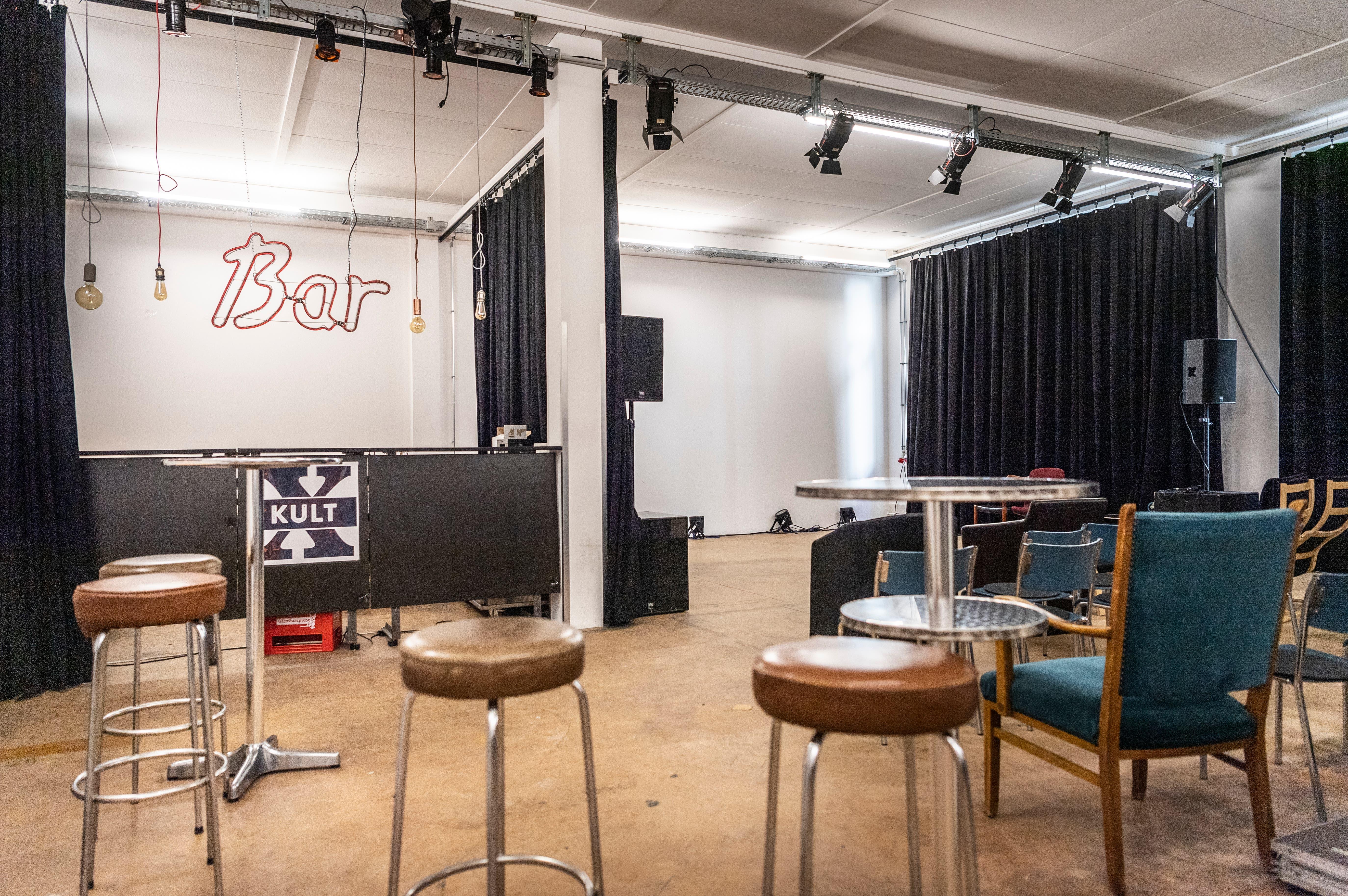 Im Multifunktionssaal stehen momentan eine Bar und eine Tribüne. Hier finden regelmässig auch Kinoabende statt. Er soll künftig auf die unterschiedlichsten Weisen genutzt werden.