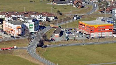 Der heutige Halbanschluss Alpnach Süd. Dieser soll von Luzern kommend eine Ausfahrtsrampe erhalten und Richtung Luzern eine Einfahrt. (Bild: Robert Hess (29. Februar 2012))
