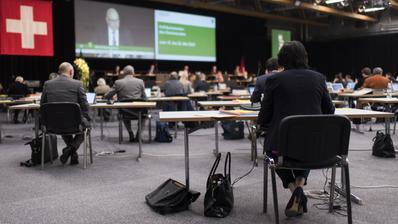 Der neue Kantonsratspräsident Bruno Cozzio(links) übergibt eine Kopie der Ratsglocke an seinen Vorgänger Daniel Baumgartner. (Regina Kühne)