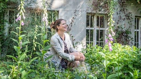 Programm- und Betriebsleiterin Christine Forster im «verwunschenen» Garten des Schiesser-Areals. ((Bild: Andrea Stalder))
