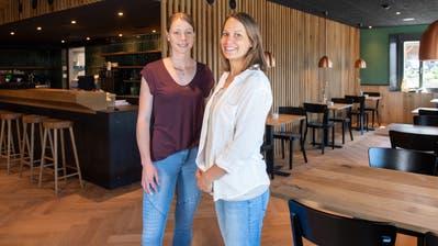 Die Gastgeberinnen des Restaurants Lindenhof: Irène Renggli (links) und Lena Frauenknecht. (Bilder: Boris Bürgisser (Entlebuch, 2.Juni 2020))