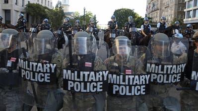 Mit voller Härte: Vor dem Weissen Haus marschieren Einheiten der Militärpolizei auf, um Demonstranten zu vertreiben (Bild: Imago)