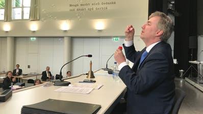 Weil so wenig «geblötterlet» wurde: Der abtretende Kantonsratspräsident Obwaldens Reto Wallimann bläst zum Abschied an seiner letzten Sitzung Seifenblasen in die Luft. (Bild: PD (Sarnen, 29. Mai 2020))