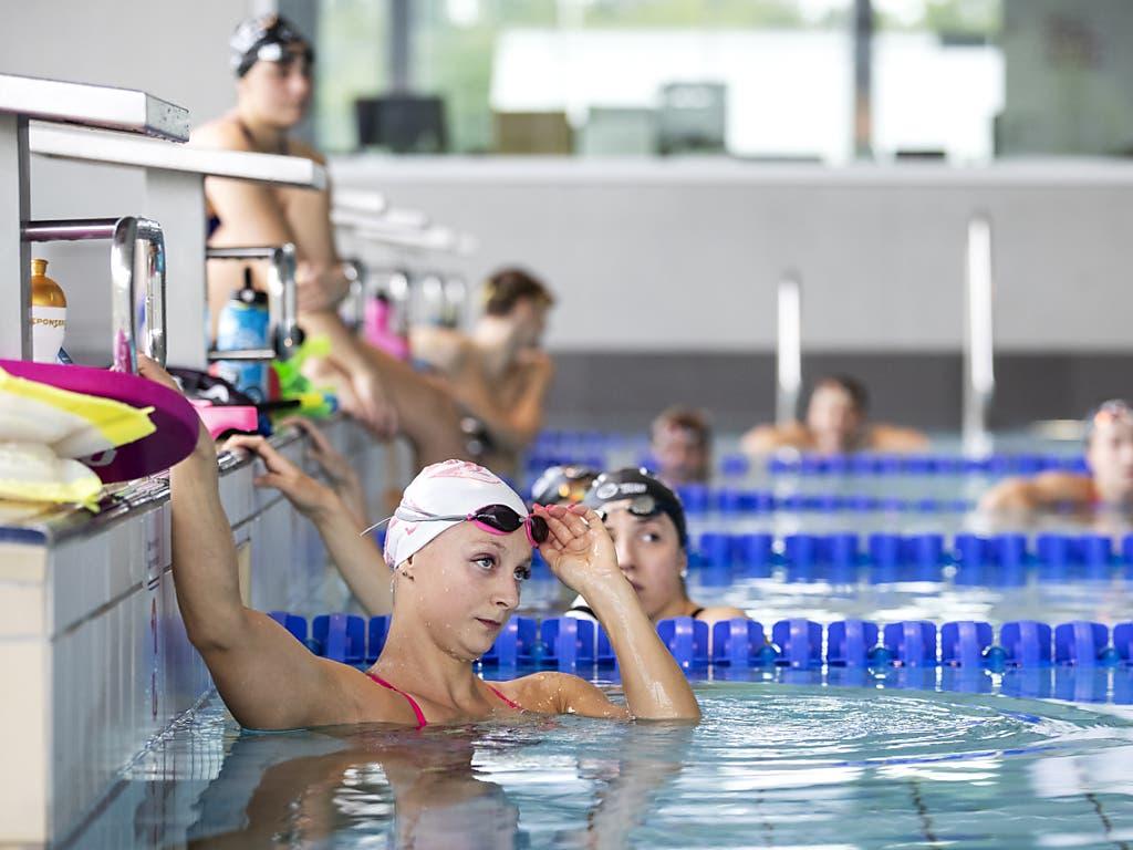 Maria Ugolkova hört den Anweisungen des Trainers im Hallenbad in Uster.