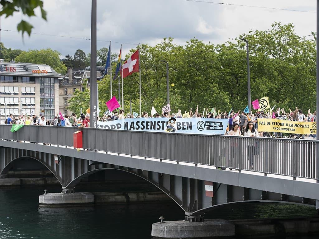 Auf der Quaibrücke in Zürich ging am Samstagmittag nichts mehr. Aktivisten der Umweltbewegung Extinction Rebellion blockierten sie.