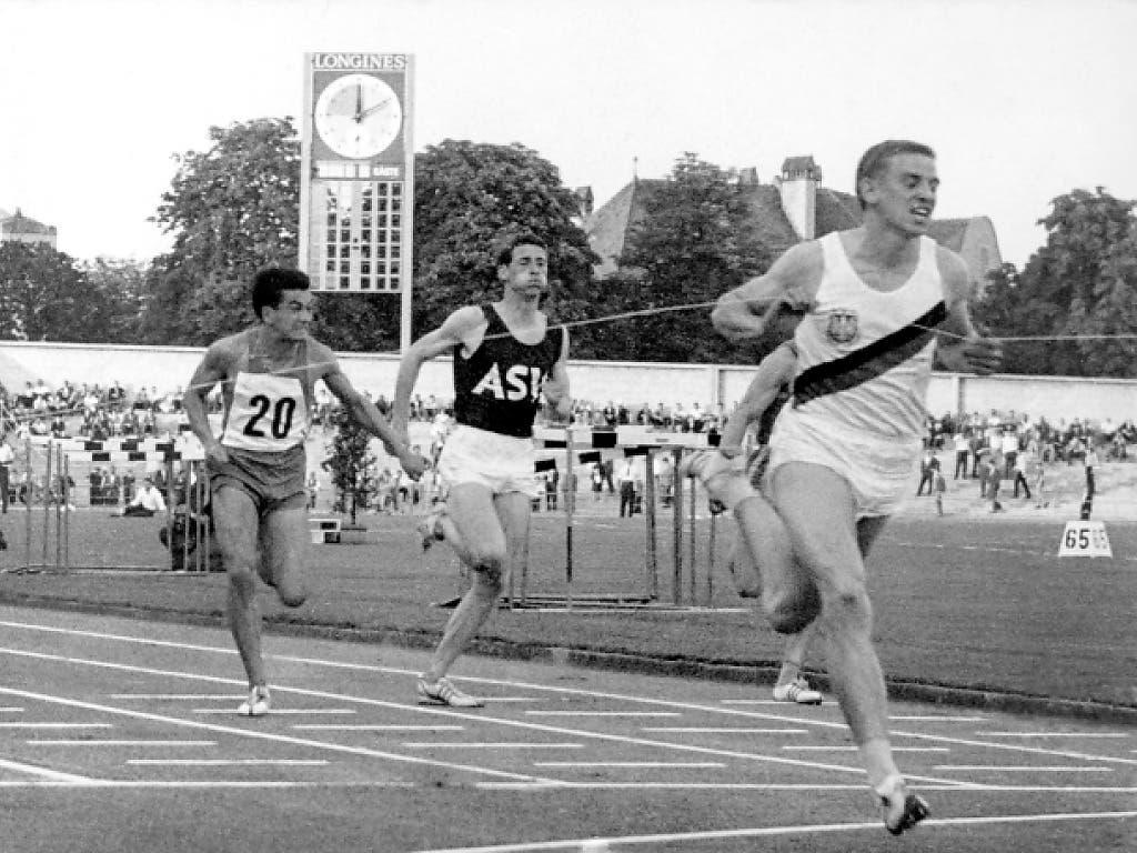 Der erste Zieleinlauf gegen fünf Gegner. Armin Hary (vorne) läuft 10,0 Sekunden über 100 m. Wegen eines angeblichen Fehlstarts wurde der Lauf 35 Minuten später wiederholt.