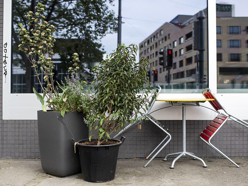 Ein wegen Covid-19 zwangsgeschlossenes Restaurant in Zürich: Um keline und mittlere Unternehmen vor Liquiditätsengpässen zu bewahren, hat der Bundesrat schnelle und unkomplizierte Überbrückungskredite möglich gemacht.