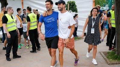 Novak Djokovic und Grigor Dimitrov Arm in Arm. (Bild: Facebook / Adria-Tour)