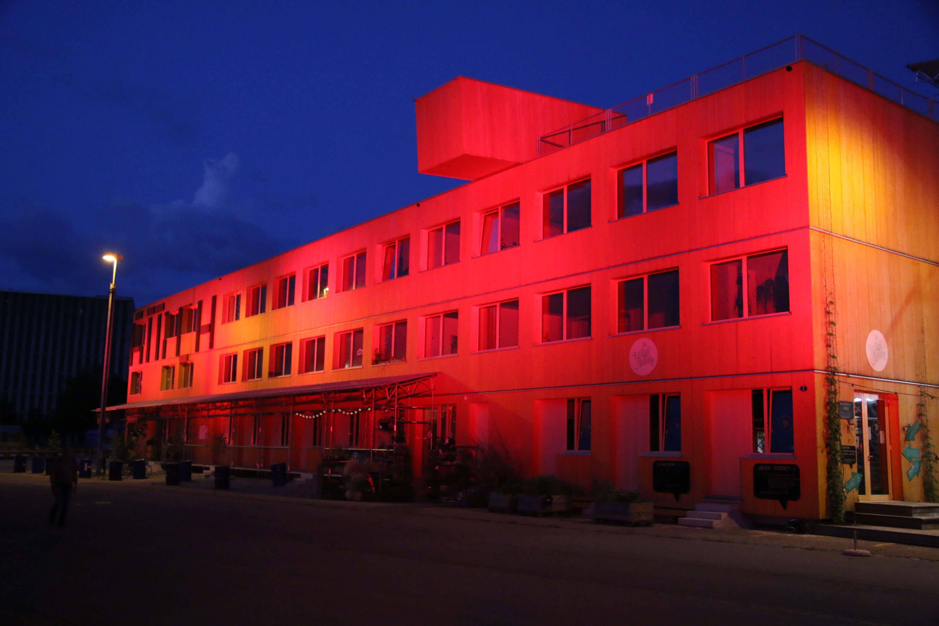 Der Lattich-Bau im Güterbahnhof war am Montag von 22 Uhr bis Mitternacht genau so rot angestrahlt wie...