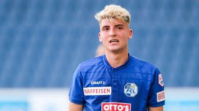 FCL-Jungprofi Lorik Emini (links) scheut sich nicht, gegen FCB-Star Taulant Xhaka zuzulangen. (Bild: Urs Flüeler/Keystone (Luzern, 21.Juni 2020))