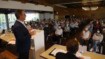 Rorschachs Stadtpräsident Röbi Raths blickte beim Informationsabend in mit Masken geschützte Gesichter. (Bild: Rudolf Hirtl)