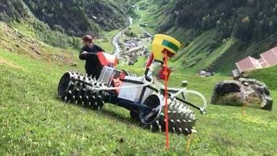 Im Maderantertal testet ein Bauer den von der Forschungsstelle Agroscope entwickelte Prototyp zur Engerlingsbekämpfung. (Bild: PD)