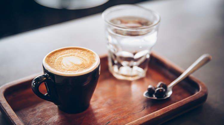 Wasser macht den Kaffee bekömmlicher. Und man schmeckt ihn besser. (Getty)
