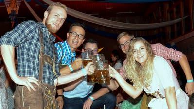 Im September wird sie abgelöst: Miss Oktoberfest Tannzapfenland 2019 Veronica Martins stösst in der Hörnlihalle mit Festbesuchern an. ((Bild: Christoph Heer))