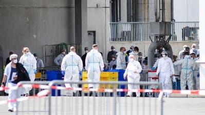 Soldaten testen Tönnies-Mitarbeiter auf das Coronavirus, 19. Juni. (Bild: Keystone)
