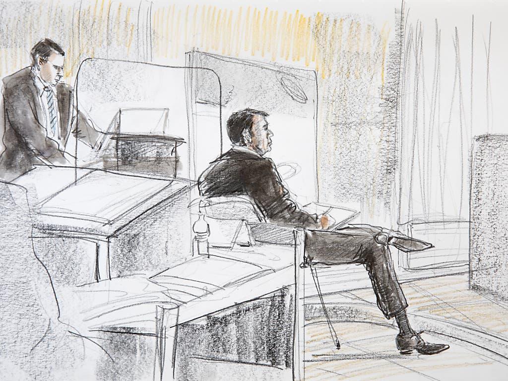 Der angeklagte Reeder während der Gerichtsverhandlung am Montag in Bern. Links sein Anwalt.