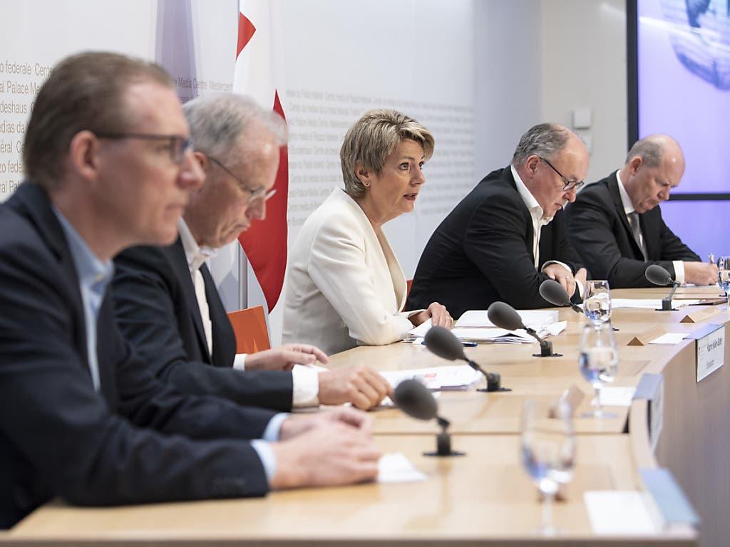 Fünf Player, eine Stimme: Justizministerin Karin Keller-Sutter (Mitte) und die Spitzen der Sozialpartner bekämpfen die Begrenzungsinitiative der SVP gemeinsam.