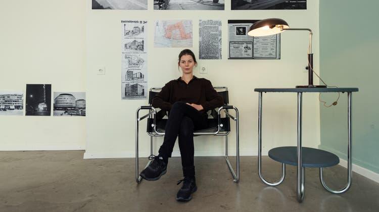 Zweckmässig und reduziert: Nina Keel sitzt auf dem Wassily Chair, 1925 entworfen von Marcel Breuer. (Bild: Nik Roth)
