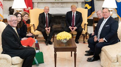 Martin Dahinden (links) mit Ueli Maurer (Mitte links) im Mai 2019 bei Donald Trump im Weissen Haus. (Bild: Shealah Craighead / White House)
