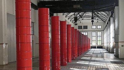 100 rote Fässer – Kunstinstallation von Edwin Grüter steht in der Turbine Giswil