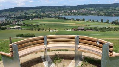 Das 180-Grad-Bänkli oberhalb des Sangi in Eschenz mit Panoramasicht auf Rhein und Untersee. (Bild: Manuela Olgiati)