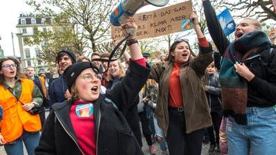 Die Klimastreiks (hier am 6. April in Luzern) hätten gezeigt, dass die Jugend politisch ist und mitbestimmen will, findet der Grüne Kantonsrat Samuel Zbinden. (Bild: Dominik Wunderli)