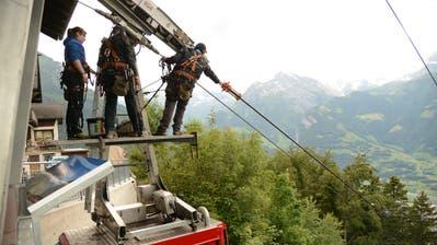 Revision Haldi-Seilbahn. Am Tragseil wird ein Seil-Igel montiert (Urs Hanhart / Urner Zeitung)