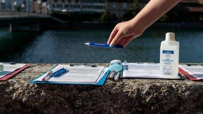 Desinfektionsmittel gehören auch bei Unterschriftensammlern derzeit zur Standardausrüstung. (Bild: Hanspeter Bärtschi (Solothurn, 6. Juni 2020))
