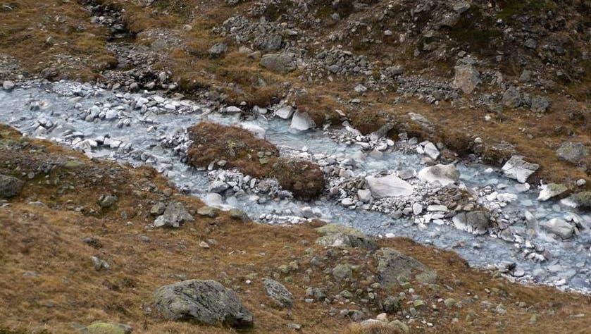 Die schneeweisse Farbe des Bachbetts des Ova Lavirun ist durch natürliche chemische Prozesse entstanden. (Christoph Wanner/Uni Bern)