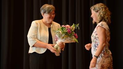 Die neue Landratspräsidentin Therese Rotzer (links) erhält Gratulationen und einen Blumenstrauss von ihrer Vorgängerin Regula Wyss. (Bild: Urs Hanhart (Stans, 24. Juni 2020))