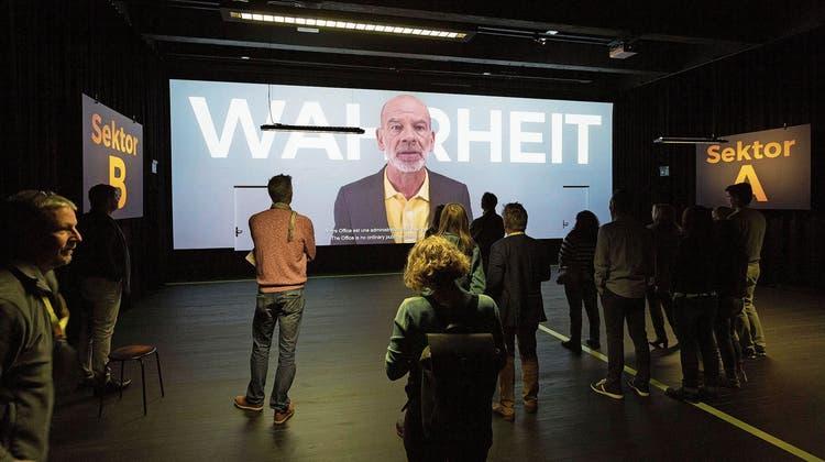 Der Chefbeamte begrüsst die Gäste im Amt für die ganze Wahrheit. Schauspieler Martin Wuttke wirkt dabei so vertrauenswürdig wie Daniel Koch vom BAG.