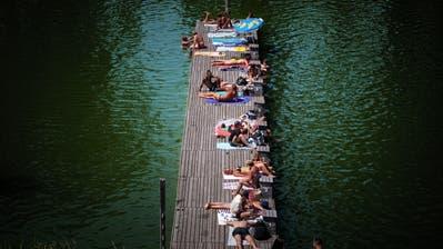 Auf dem Steg beim Mannenweier räkeln sich Badegäste in der Sonne. Gegen Abend füllt sich der Steg mehr und mehr. (Bild: Michel Canonica (St.Gallen, 25. Juni 2020))